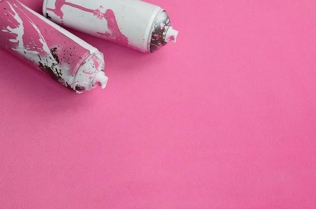 ペンキの滴りが付いているある使用されたピンクのエアロゾルのスプレー缶