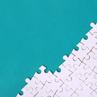 折り畳まれた白いジグソーパズルの断片