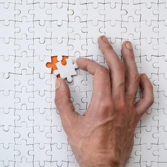組み立てられた状態の白いジグソーパズル