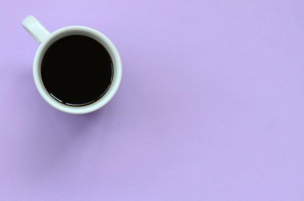 テクスチャ背景に小さな白いコーヒーカップ