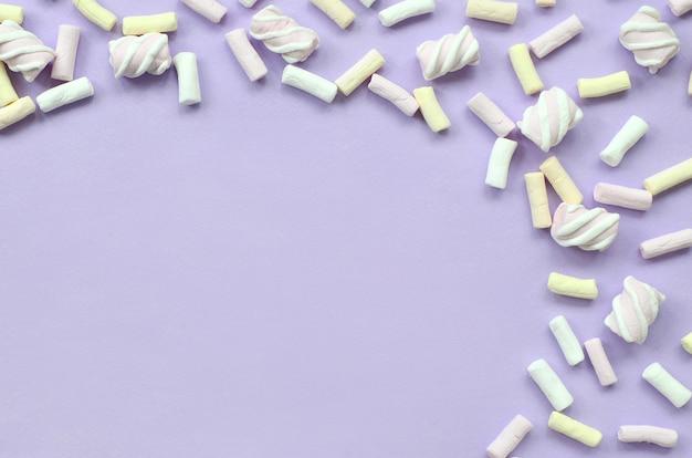 紫色の紙の上に広げてカラフルなマシュマロ
