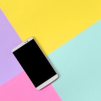 Современный смартфон с черным экраном на моде пастельных синих, желтых, фиолетовых и розовых цветов папе