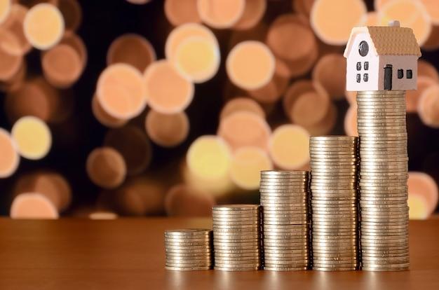 Планирование сбережения денег монет для покупки концепции дома