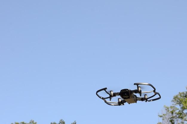 フォトカメラを搭載した無人機が陸から離陸し、航空写真を撮るために飛行