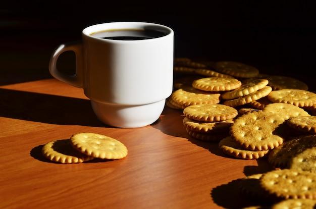 小さなコーヒーカップと塩味のクラッカー