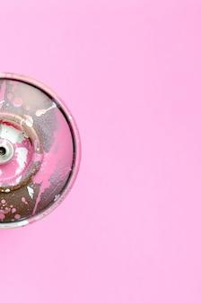 Одноразовый баллончик для рисования граффити лежит на розовом