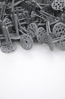 断熱のために固定している多くの灰色のプラスチック製ダボ。