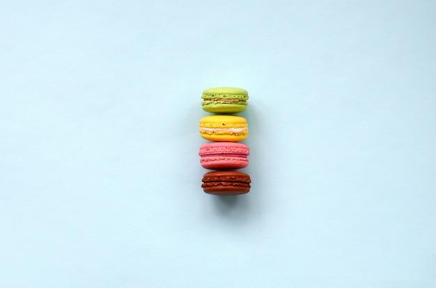 デザートケーキのマカロンやマカロンのトレンディなパステル調の青い背景