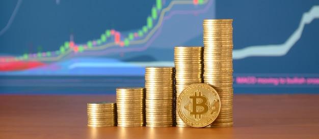 Крупный план стеков цифровой валюты биткойна и денег монетки