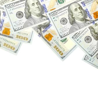 Счета в долларах. американские деньги, изолированные на белом с копией пространства