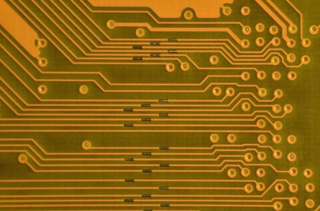 着色されたマイクロ回路基板のクローズアップ