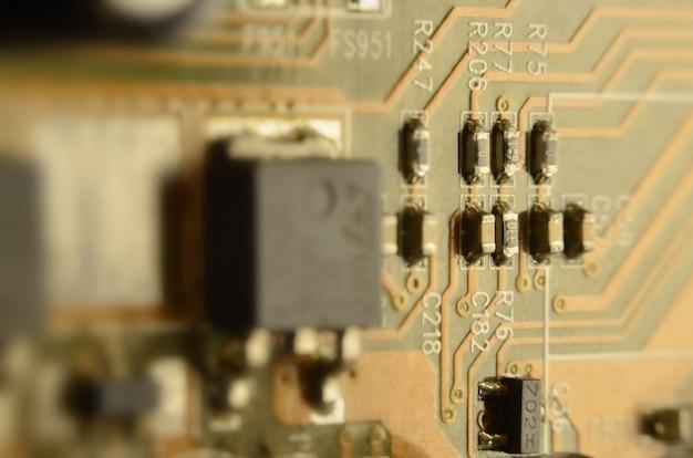 着色されたマイクロ回路基板のクローズアップ。抽象的なテクノロジー