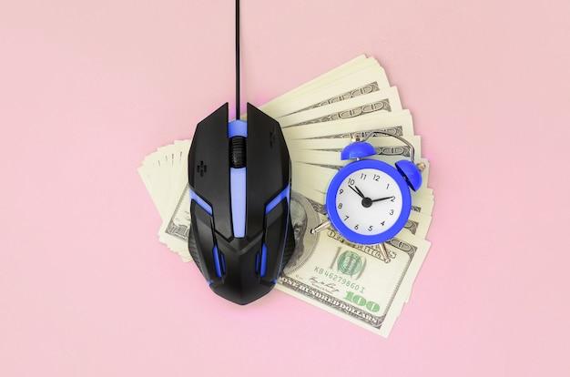 クリックごとの支払いとオートクリッカーの概念。インターネットでの収益