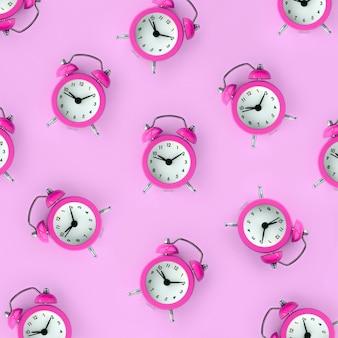 無駄な時間の概念。多くの紫色の目覚まし時計