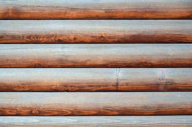 切り出された木材。素朴なログ壁水平木材