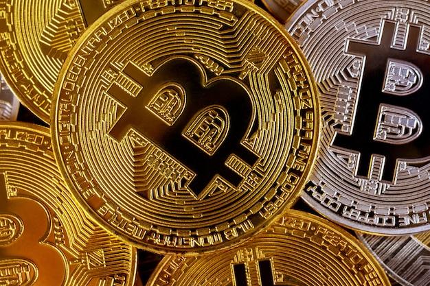 Много золотых биткойнов. криптовалюта и концепция виртуальных денег