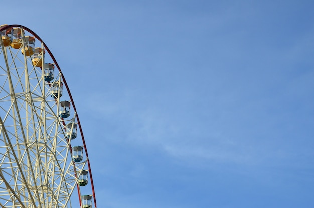 澄んだ青い空を背景エンターテイメント観覧
