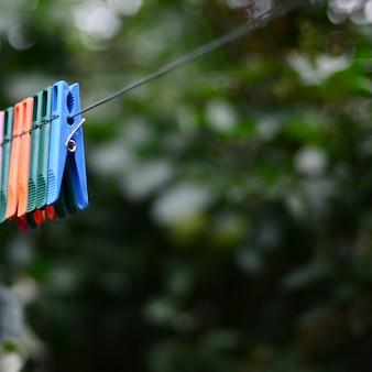家とリンゴの木の外にぶら下がってロープに洗濯はさみ