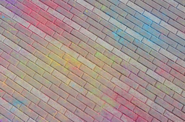 ホーリー祭で乾いた色でコーティングされた多色舗装スラブ