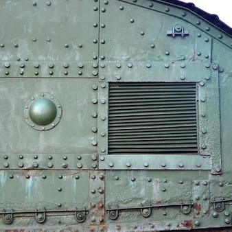 金属製で、多数のボルトとリベットで補強されたタンク側壁のテクスチャ