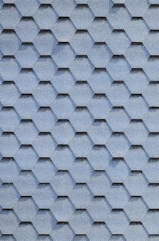 モダンな屋根と煙突の装飾。柔軟なビチューメンまたはスレートの鉄片
