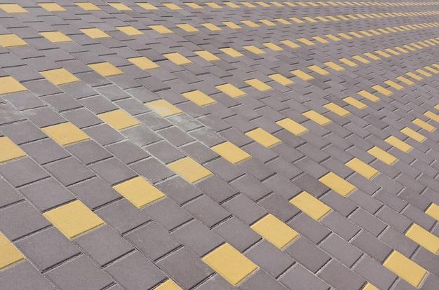 視点で町の広場の石畳の道