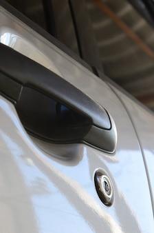 Черная ручка двери автомобиля крупным планом