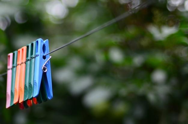 外にぶら下がってロープに洗濯はさみ