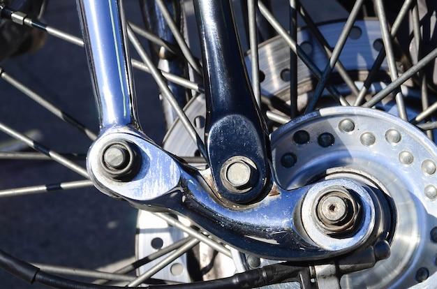 古典的なバイクのクロームメッキの光沢のあるホイールのフラグメント