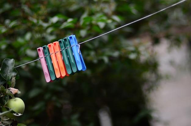 Прищепки на веревке, висящие на открытом воздухе