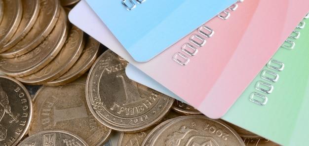 ウクライナのお金のコインと色のクレジットカードをクローズアップ