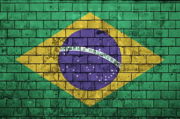 ブラジルの国旗は古いレンガの壁に描かれています