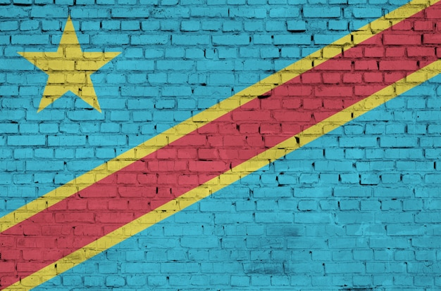 コンゴ民主共和国の国旗は古いレンガの壁に描かれています