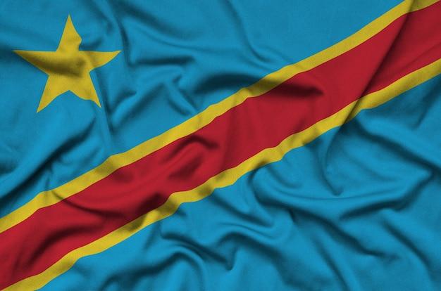 コンゴ民主共和国の旗は、多くのひだのあるスポーツ布地に描かれています。