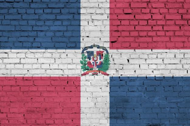 Флаг доминиканской республики нарисован на старой кирпичной стене