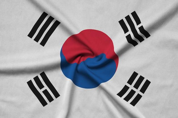 韓国の旗は、多くのひだのあるスポーツ布地に描かれています。