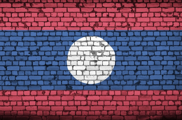 ラオスの国旗は古いレンガの壁に描かれています