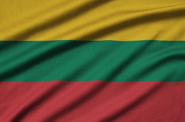 リトアニアの旗は、多くのひだのあるスポーツ布生地に描かれています。