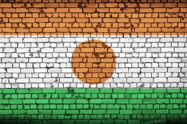 ニジェールの国旗は古いレンガの壁に描かれています