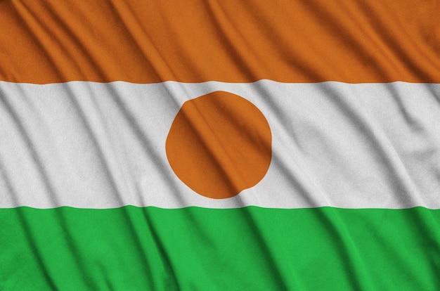 ニジェールの旗は、多くのひだのあるスポーツ布の生地に描かれています。
