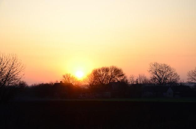村の夜明け郊外の風景の中の日の出