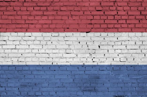 オランダの旗は古いレンガの壁に描かれています