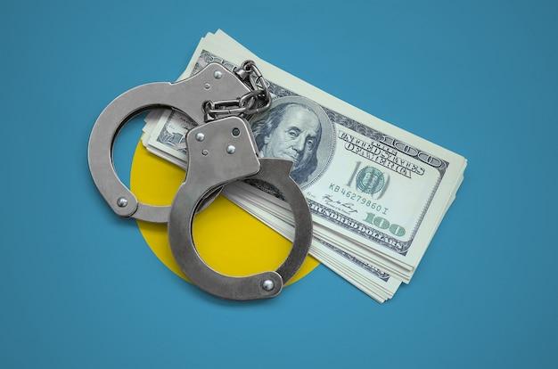 手錠とドルの束を持つパラオの国旗。国の通貨の腐敗。金融犯罪