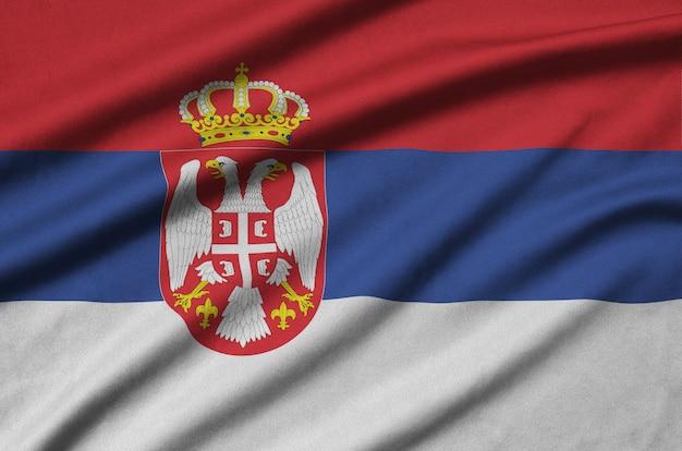 セルビアの旗は、多くのひだのあるスポーツ布生地に描かれています。