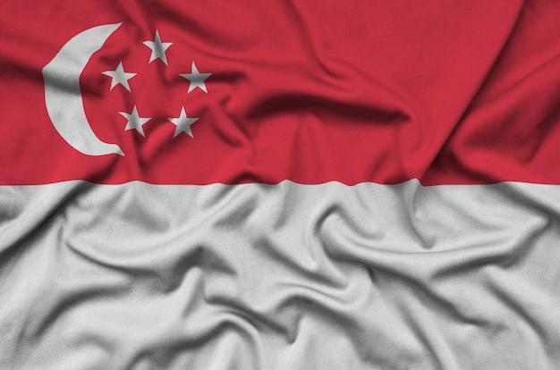 シンガポールの旗は、多くのひだのあるスポーツ布の生地に描かれています。