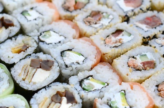 たくさんの寿司のクローズアップ