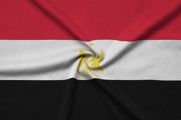 多くの折り目を持つエジプトの旗。