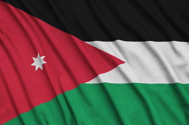 多くの折り目を持つヨルダンの旗。
