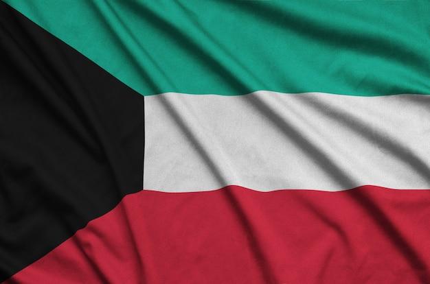 多くの折り目を持つクウェートの旗。