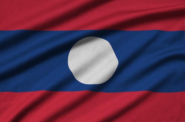 多くの折り目を持つラオスの国旗。